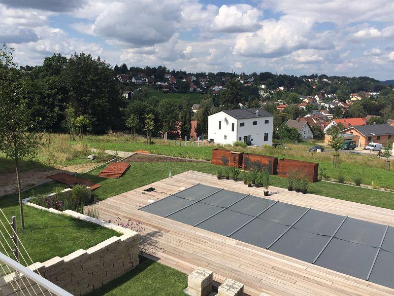 Bauphase - Blick auf den abgedeckten Pool